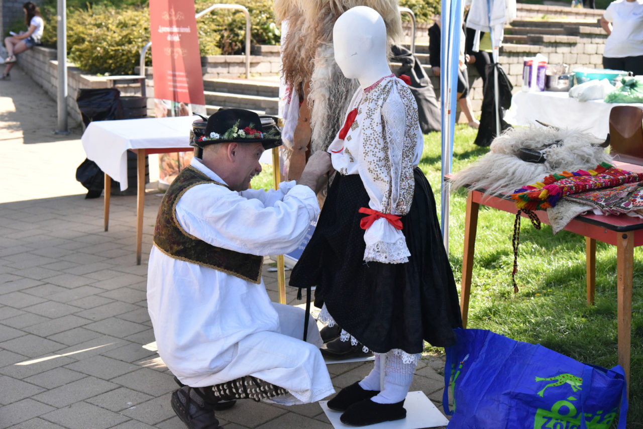 Baba öltöztetése nemzetiségi díszruhába